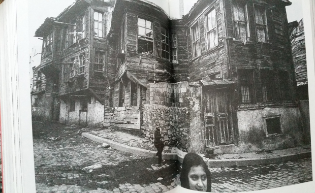 istanbul-memories-and-the-city-orhan-pamuk-houten-huizen-go-with-the-vlo