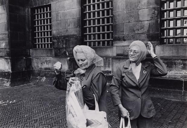 Dolf Toussaint twee vrouwen Dam Amsterdam go with the vlo