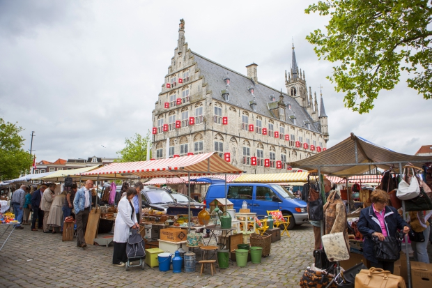 Gouds Montmartre Markt stadhuis Gouda rommelmarkt go with the vlo