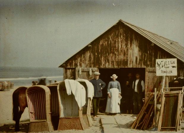 Fietsverhuur op strand Wereld in kleur Allard Pierson Museum go with the vlo