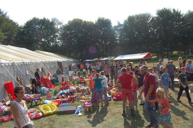 Mill Hill College Derdewereldrommelmarkt tenten go with the vlo