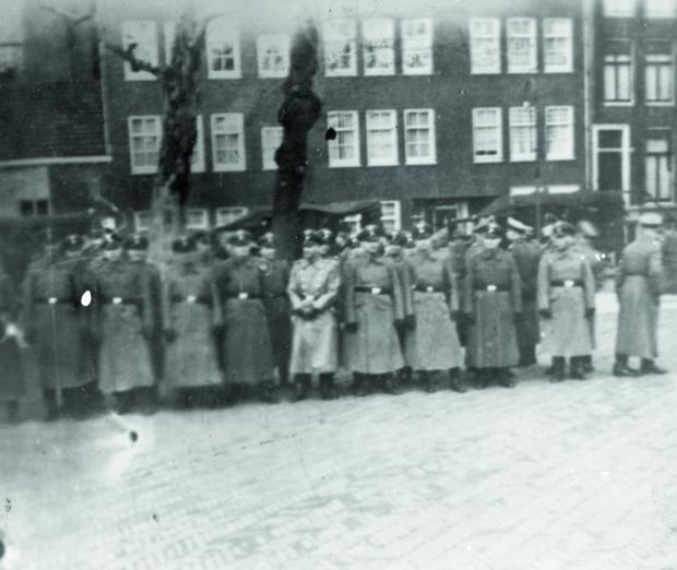 De Jodenvervolging in foto's Tweede Wereldoorlog NIOD nazi's go with the vlo