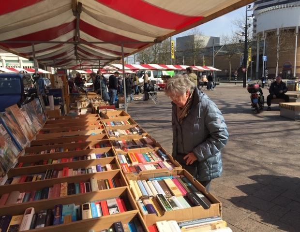 Boekenmarkt Schiedam zomer 2019 vrouw go with the vlo