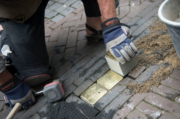 Stolpersteine Schiedam diefstal go with the vlo