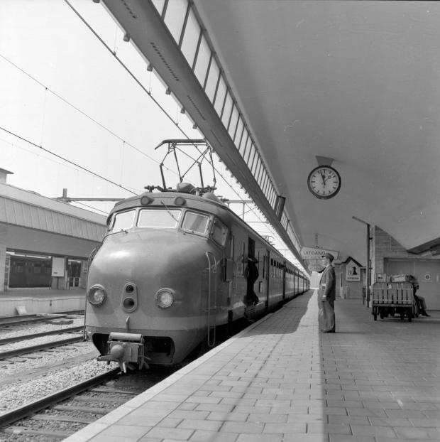 Hondekop trein station Rotterdam Centraal 1959 go with the vlo