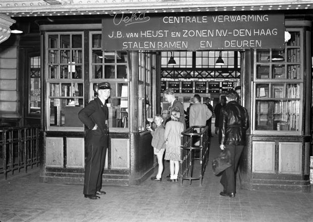 Nederlandse Spoorwegen station Den Haag HS 1951 go with the vlo