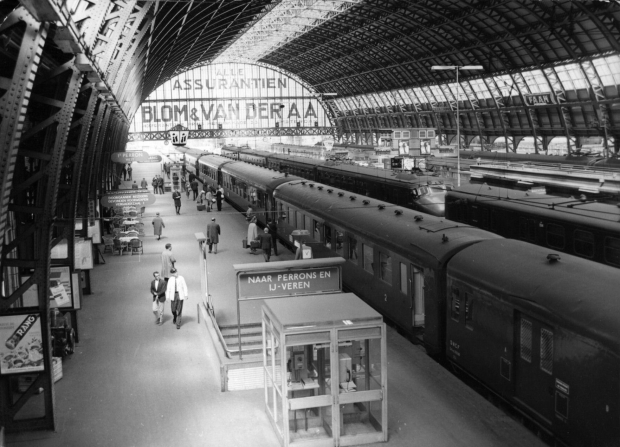 Station Amsterdam Centraal 1964 Hondekop go with the vlo